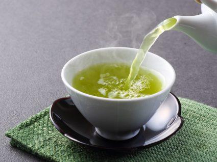 Chávena com chá para combater a retenção de líquidos