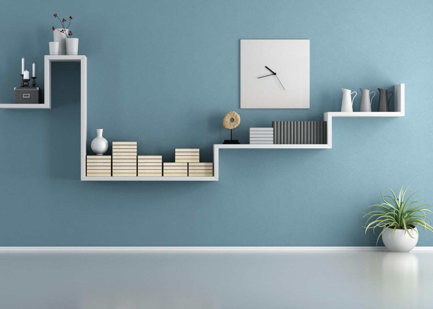 parede com estante com livros e outros objetos decorativos