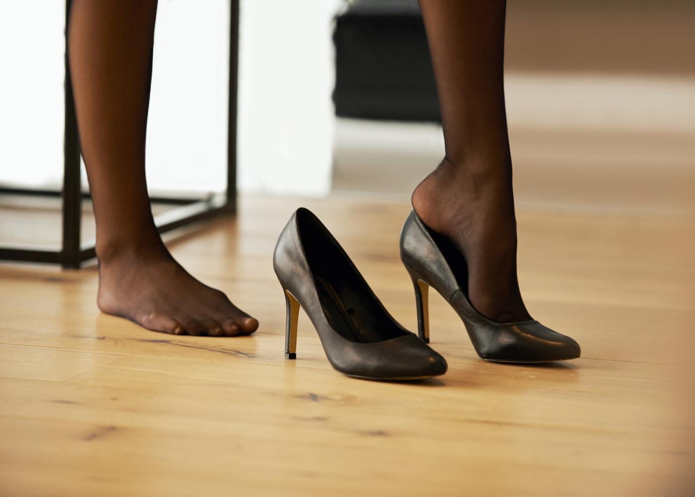 mulher a calçar sapatos de salto alto