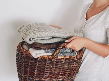 mulher a segurar um cesto com malhas para lavar