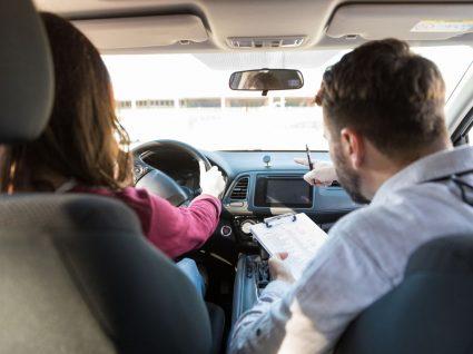 examinador a dar dicas para fazer exame de condução