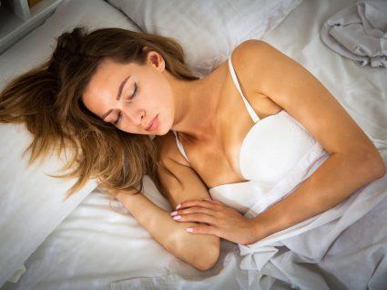 Mulher a dormir de sutiã