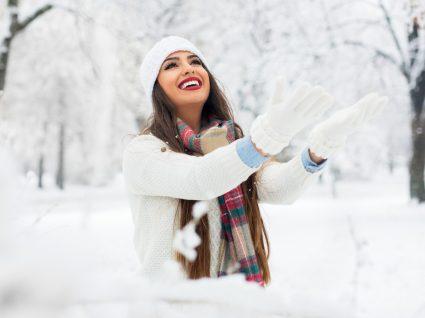 Mulher vestida para a neve