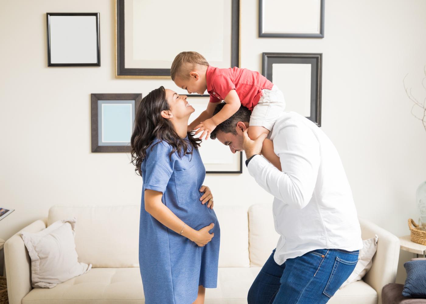 familia espera o segundo filho e brinca