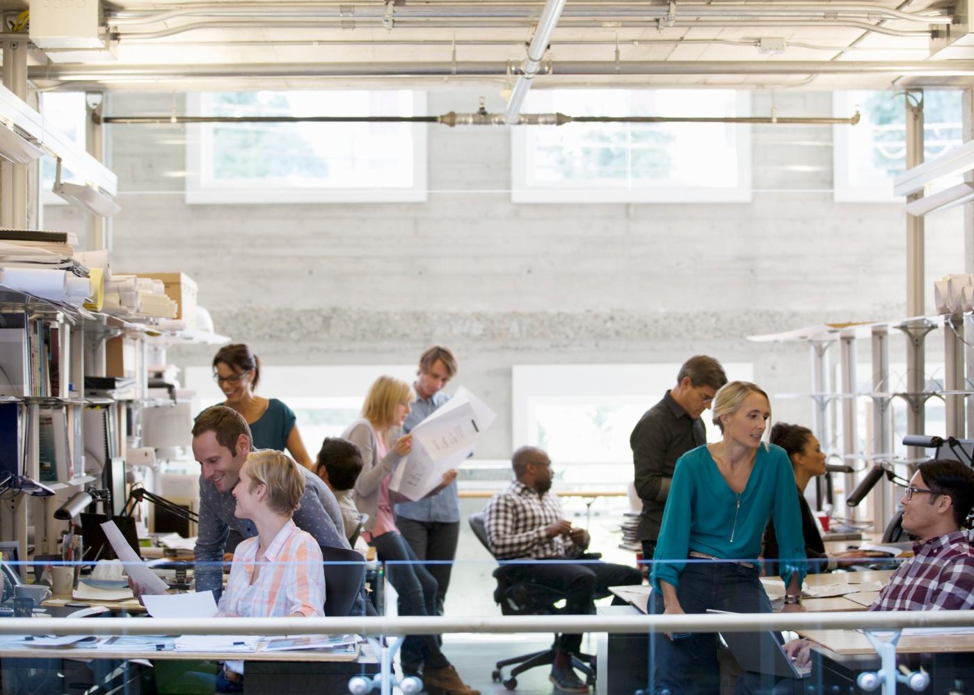 pessoal a trabalhar num escritório