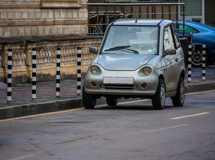 carro pequeno na cidade