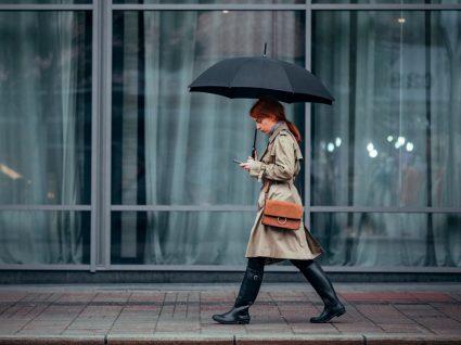 Mulher com botas para a chuva