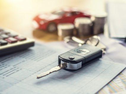 chave do carro em cima de documentos para analisar histórico de um carro