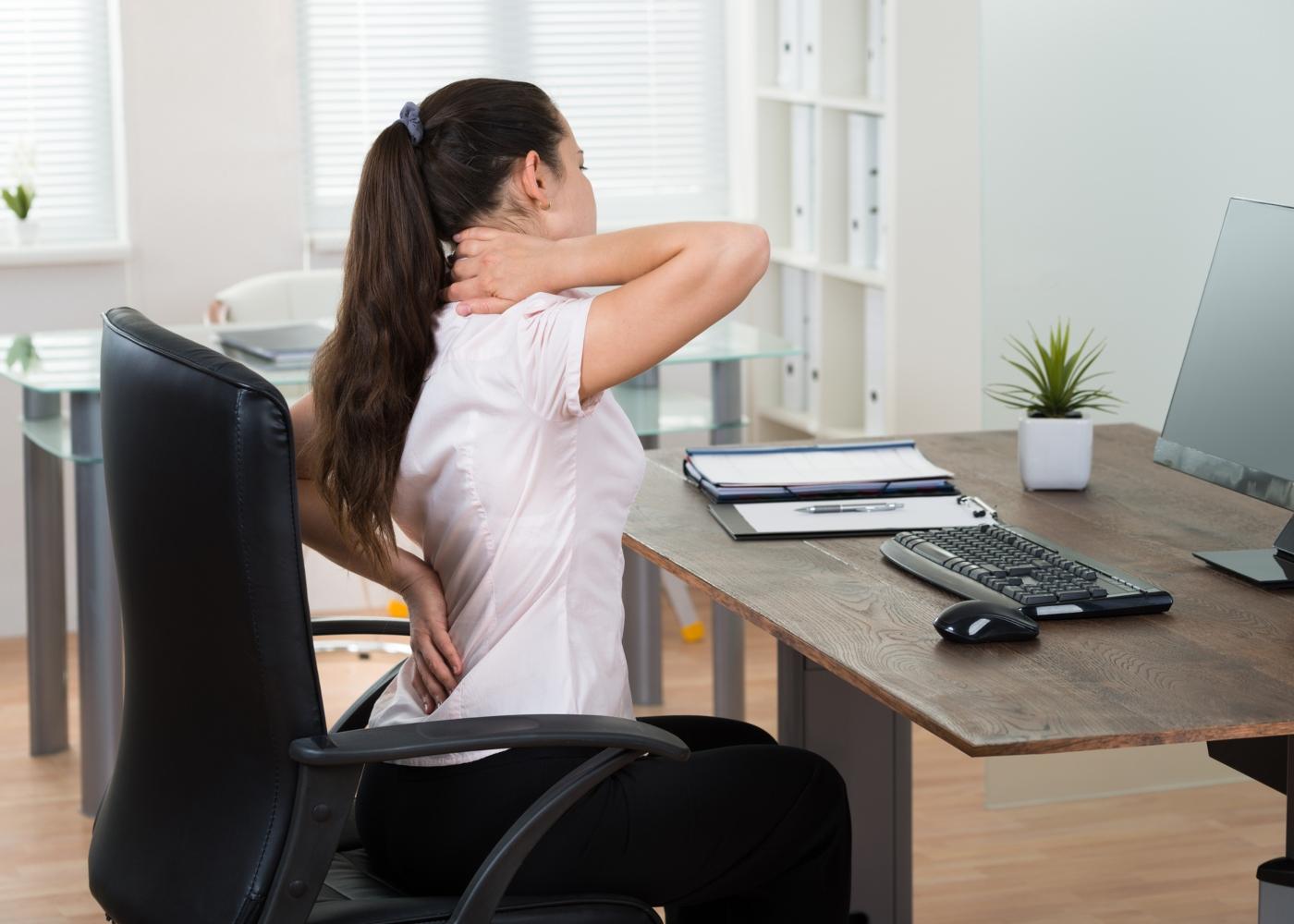 mulher a trabalhar com dores nas costas