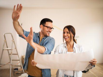 casal a planear remodelação da casa