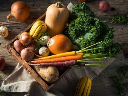 cesto com legumes colhidos da terra