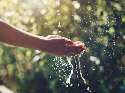 duas mãos refrescam-se com pouca água