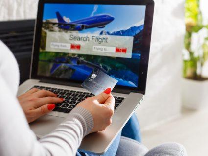 Mulher a comprar voos baratos