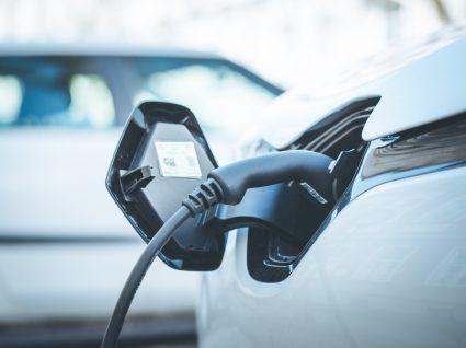 carro elétrico a carregar; carros elétricos como tendência dos carros para 2021