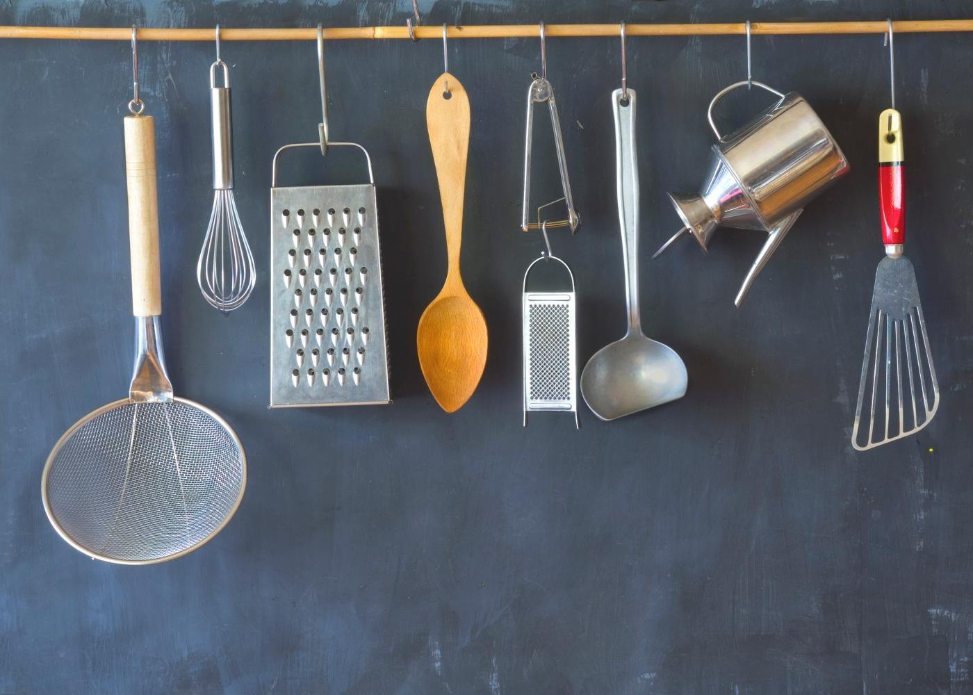 utensílios de cozinha pendurados na parede
