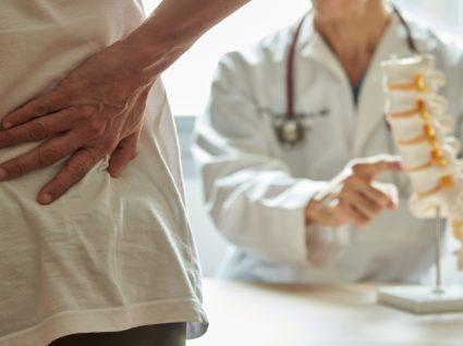 doente com dor nas costas no médico