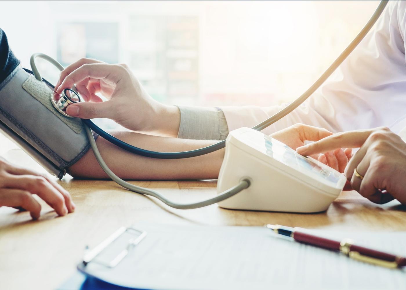médico a medir a tensão a paciente