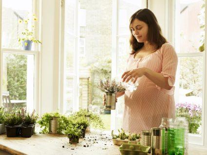 mulher a plantar vegetais perenes