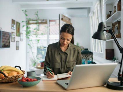 jovem mulher a realizar procura ativa de emprego em casa