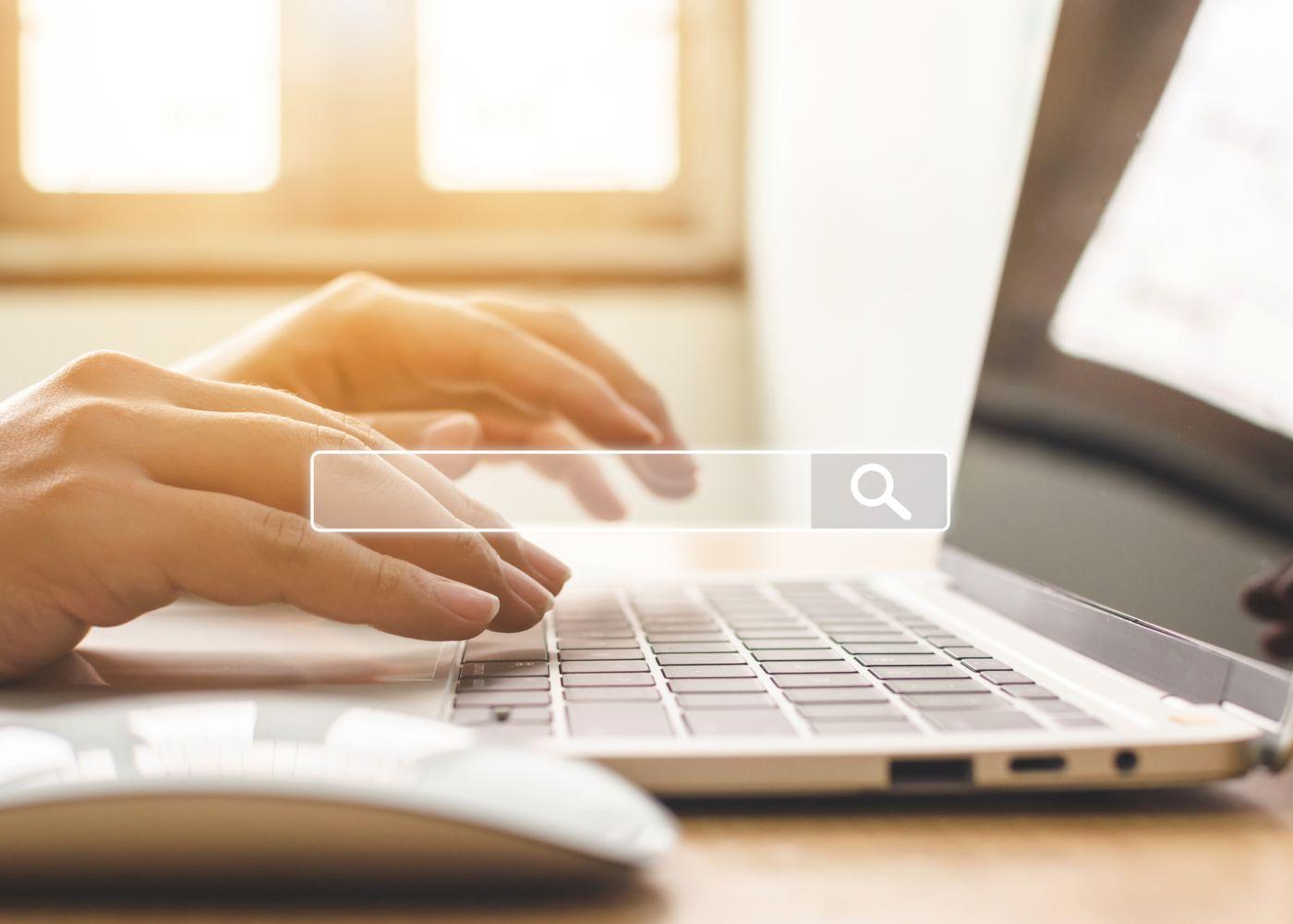 pessoa a trabalhar no computador