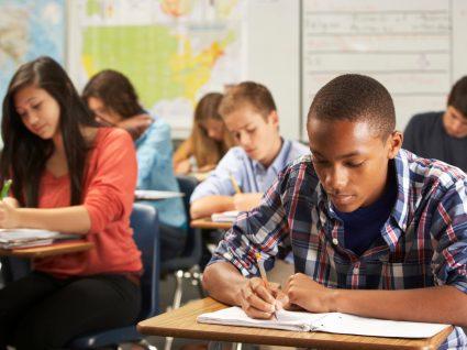 alunos a realizar exames nacionais