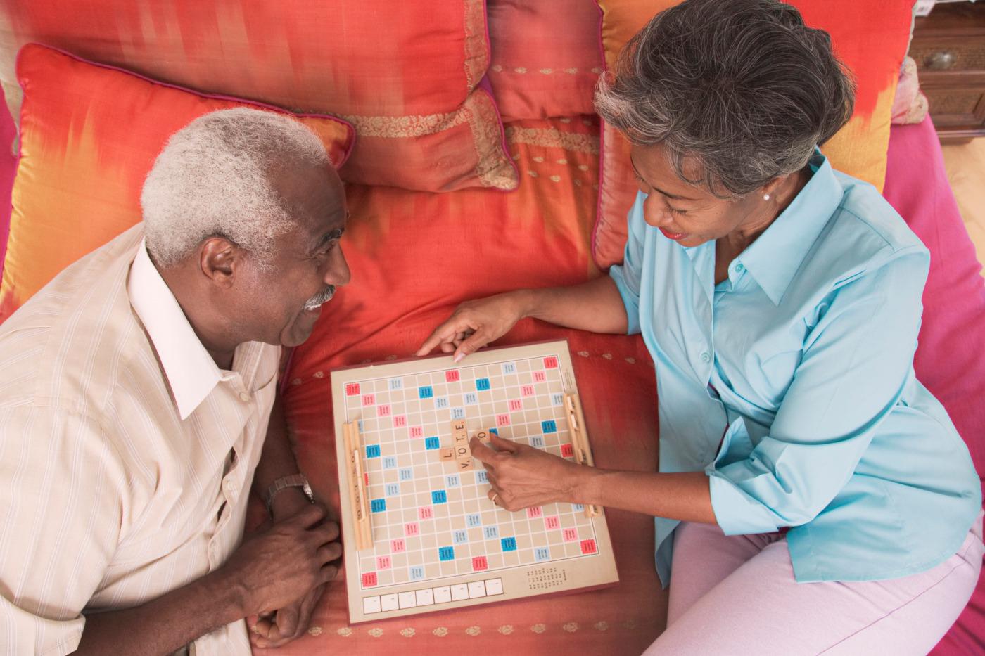casal idoso a jogar