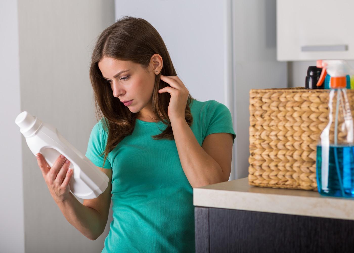 mulher a ler embalagem de detergente