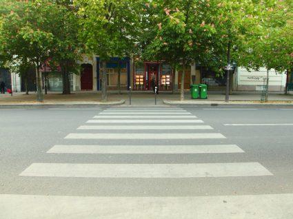 passadeira para peões a representar a distância da passadeira que se pode estacionar