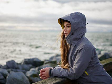 Mulher a usar roupas essenciais de inverno