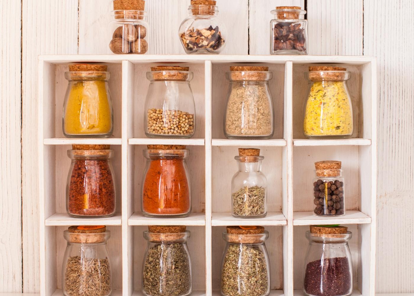especiarias e outros alimentos guardados em frascos de vidro