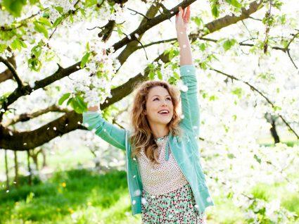 Mulher com roupas de primavera