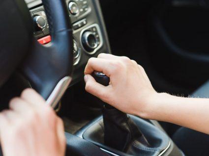pessoa a conduzir com caixa manual