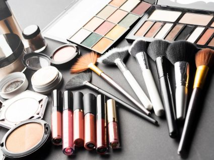 Vários produtos de beleza baratos