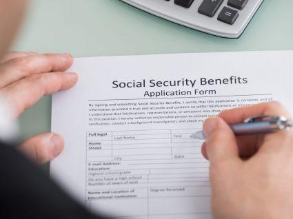 pessoa a preencher formulário do subsídio social de desemprego