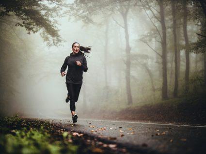 Mulher a treinar no frio