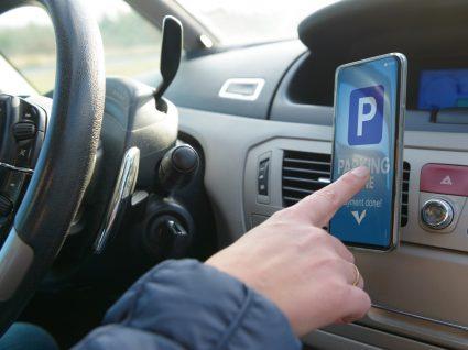 condutor a utilizar uma das apps para quem gosta de carros