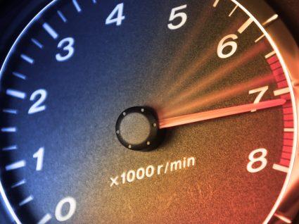 conta rotações a mostrar motor acelerado em ponto morto