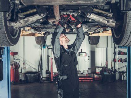 mecânico a ver um dos carros com manutenção mais barata