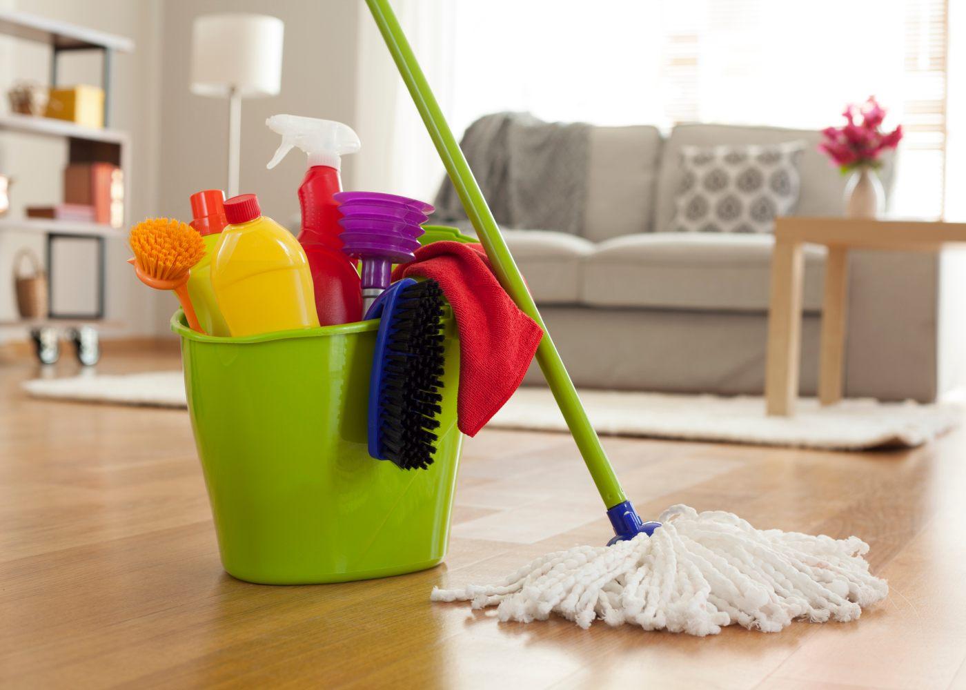 balde com itens de limpeza para tornar a casa menos tóxica
