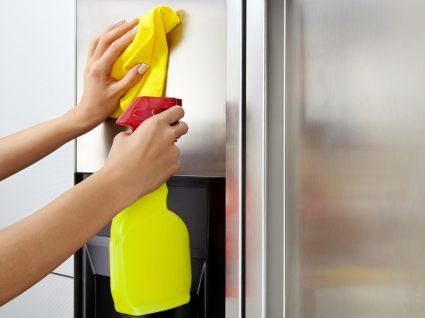 pessoa a limpar frigorífico de inox