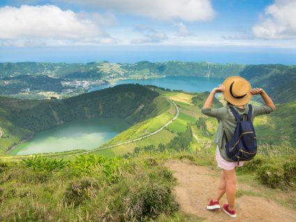 Mulher a viajar sozinha nos Açores
