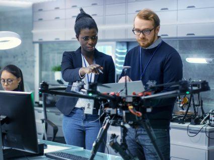 trabalhadores de empresa de tecnologia a testar drone
