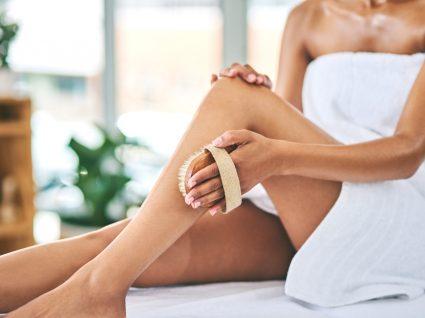Mulher a fazer esfoliação da pele