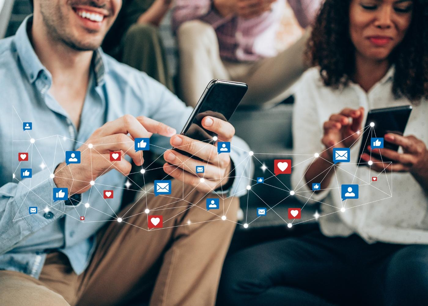 jovem casa a navegar das redes sociais