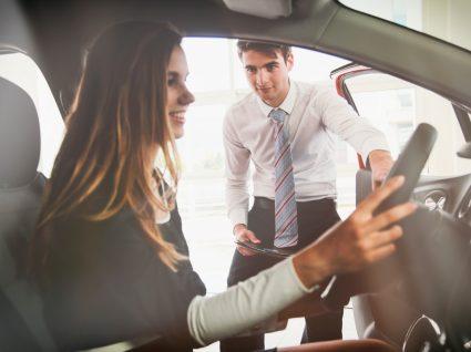 jovem a escolher um dos melhores carros para jovens