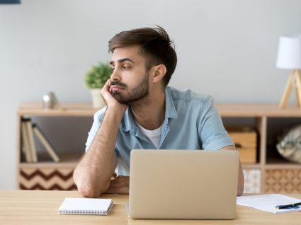 jovem trabalhador a procrastinar