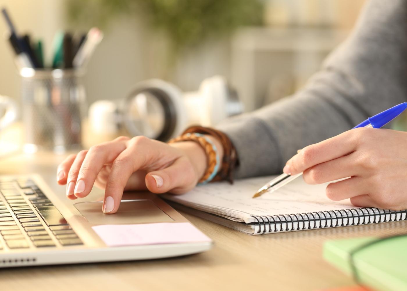 Mulher a substituir declaração de IRS no Portal das Finanças