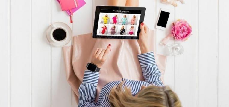 rapariga a fazer compras no tablet