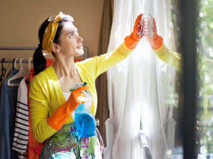 mulher a limpar os vidros