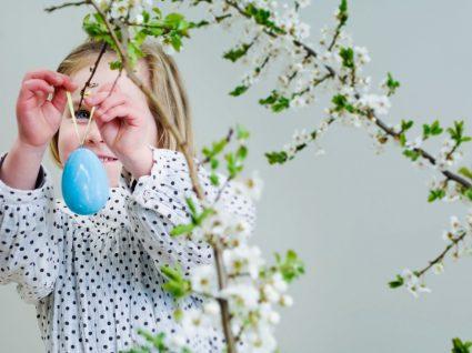 menina a fazer decoração de páscoa